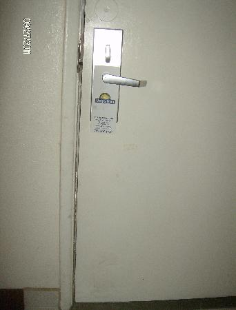 Days Inn Airport - Phoenix: Dirty walls and entry door