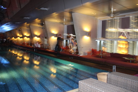 Traders Hotel, Kuala Lumpur: Sky Bar Pool - not many people use the pool..