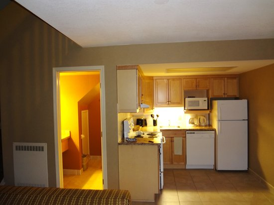 Banff Rocky Mountain Resort: Full kitchen, 1/2 bath