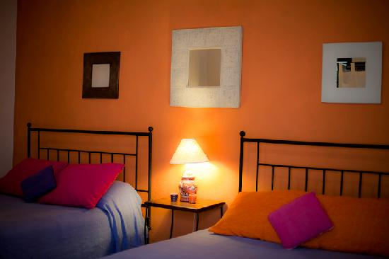 Casita de las Flores: naranja - the orange room (two double beds)