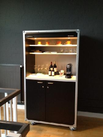 kaffeemaschine minibar in zimmer 6 bild von wine coffee more suite hotel hamburg. Black Bedroom Furniture Sets. Home Design Ideas