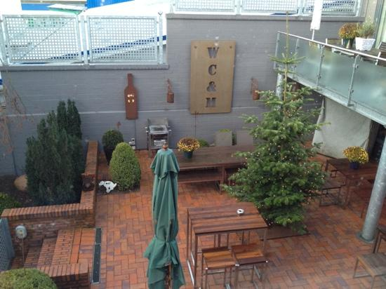 Wine, Coffee & More Suite Hotel: Blick in den Innenhof von Zimmer 6 aus