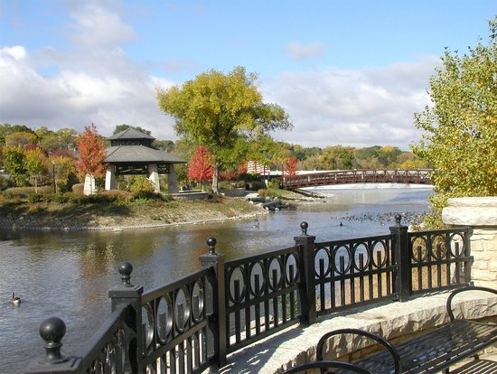 Элгин, Илинойс: Walton Island in Downtown Elgin is perfect for weddings and picnics.