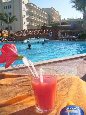 Hawaii Riviera Aqua Park Resort : Poolside Cocktail!