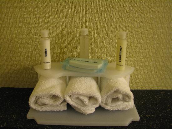 Holiday Inn Express Kent Island: Bath amenities: soaps, lotion, shampoo, and conditioner