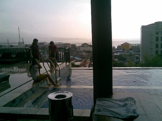 Minahasa Hotel Manado: Locals at the pool