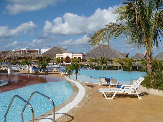 Memories Paraiso Beach Resort: Piscines #2 et #3 pres du grill