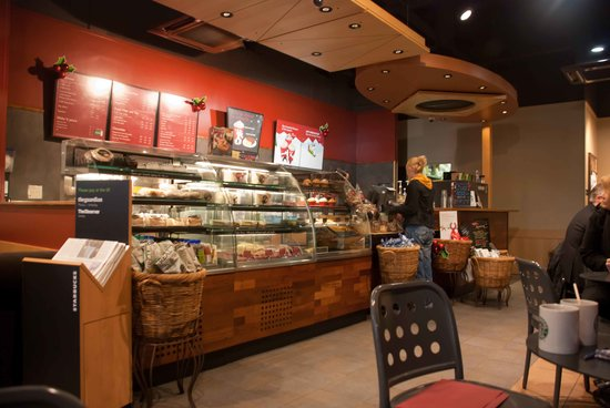 Starbucks Cardiff Mermaid Quay: The counter at Starbucks in Cardiff Bay