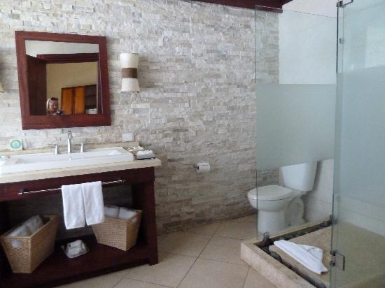Hotel Bosque del Mar Playa Hermosa: The bathroom of the beach front suite