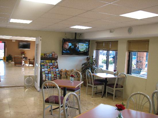 Days Inn Battlefield: Breakfast area and lobby