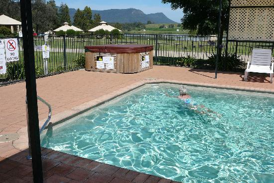 โรงแรมเลเชอร์อินน์โพโคลบินฮิลล์: pool was small but clean