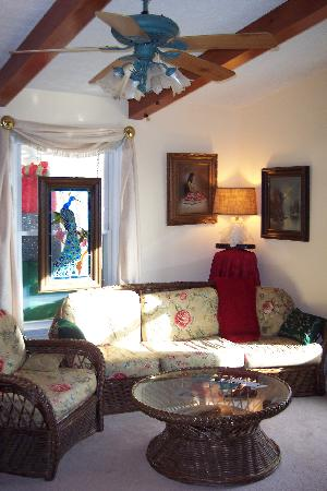 Serenity Hill Bed and Breakfast: living room