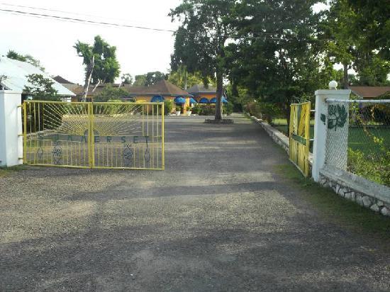 سامرسيت فيليدج: front gate