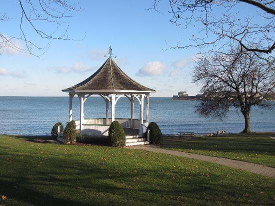 Redwood Garden Bed & Breakfast: Steps from the shoreline of Lake Ontario and the mighty Niagara River