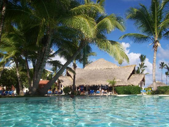 VIK Hotel Arena Blanca: photo prise de la piscine on voit au fond le snack bar près de la plage