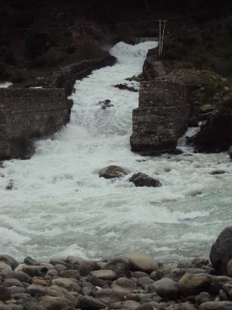 Hotel Tulyan: Gushing stream during the monsoons