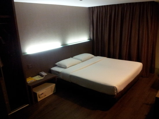 Bangkok City Hotel: Deluxe room with King size bed
