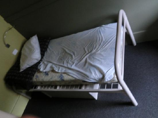 Melbourne Central YHA: single bed in the 3 female dorm room