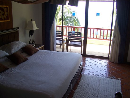 Novotel Phuket Resort: The king size bed did not dwarf the room.