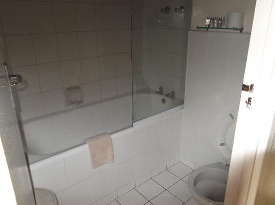 Parade Hotel : Bathroom basic and clean