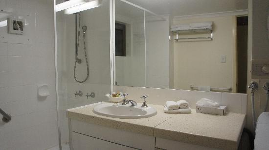 Toowong Villas: bathroom