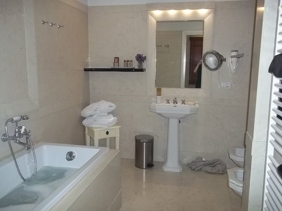 Petrus Hotel: bathroom