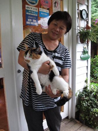 Fuyam Tourist Home: Mama Chung & Xiaohua (the cat)