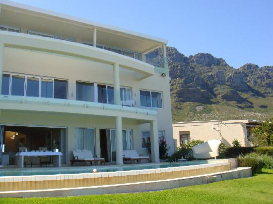 Atlantique Villa Camps Bay: la maison et table mountain derriere