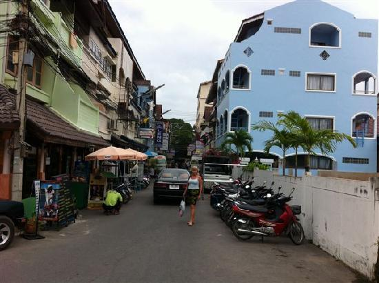 Nilawan Guest House Hua Hin: Streetview towards the hotel
