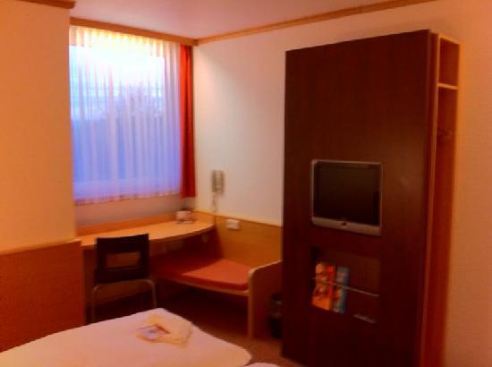 Ibis Hotel Eisenach: Schrank, TV und Schreibtisch