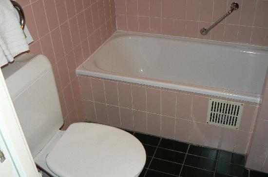 La Legende Hotel: vasca senza tendina per doccia