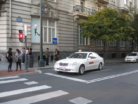 Carlton Hotel: Taxi Stand Next to Hotel