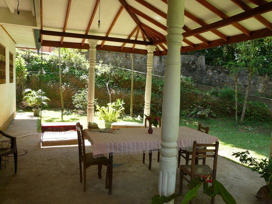 Kadolana Guest House: Shady sitting area