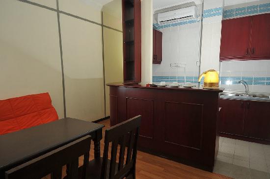 Grand Supreme Hotel: Kitchenette in Family Suite