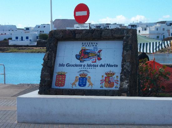 Islas Graciosa: monolito del puerto.