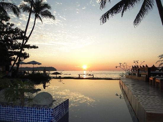 Amata Resort and Spa : бассейн вечером