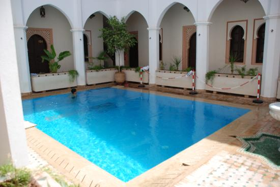 Equity Point Marrakech Hostel: piscina maravillosa