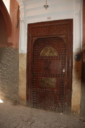 Equity Point Marrakech Hostel: puerta del hostal
