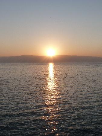 Ron Beach Hotel: Sunrise over the Sea of Galilee - seen from hotel balcony