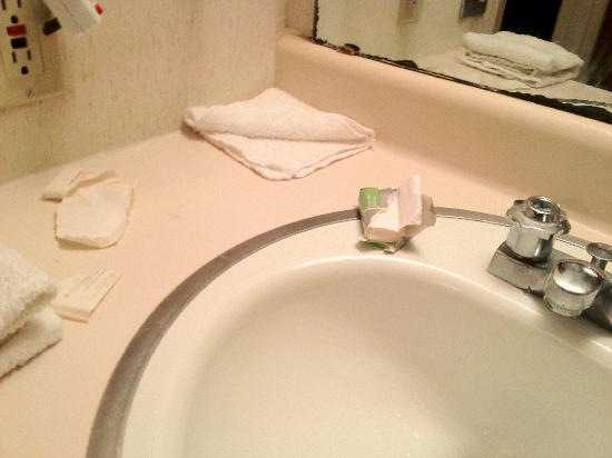 3 Rivers Inn & Suites : Opened soap, bathroom sink about to come off wall