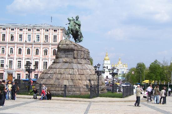 Kiev Guided Tours: statue of Bogdan Khmelnitski