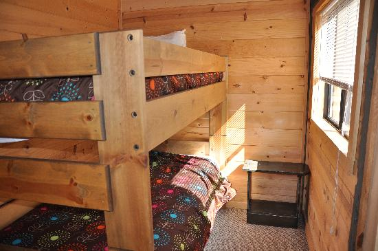 Gray Eagle Lodge: bunk beds in room
