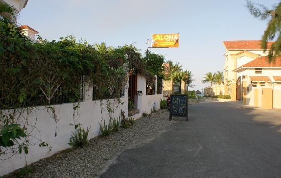 Aloha Surf Cafe Cabarete: Aloha Surf Cafe-beach access at end of alley