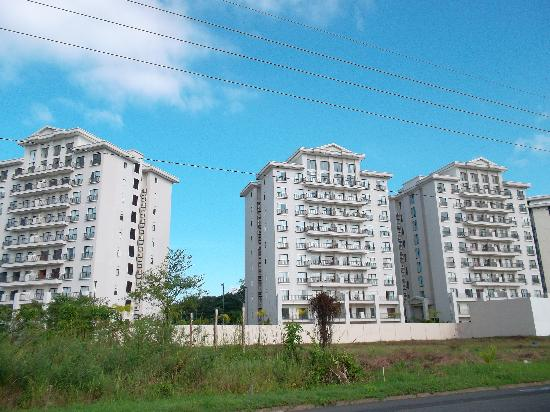 Jaco Bay Condo Hotel by Ramada: Photo from the main road