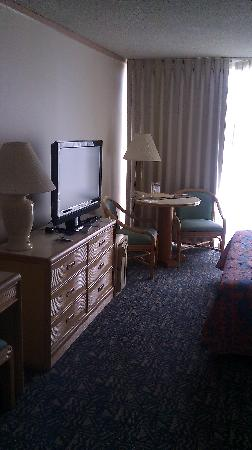 Pacific Beach Hotel : TV and Table