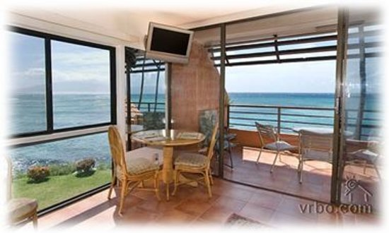 The Kuleana Resort: waters edge  with 6 foot side window