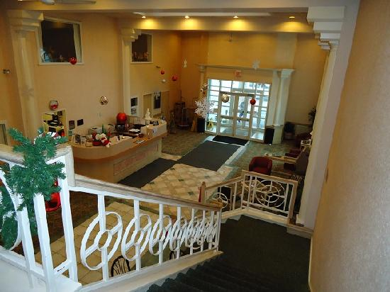 Ramada Hammond Hotel & Conference Center: View of lobby from 2nd floor