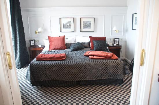 Hotel de Londres y de Inglaterra: Cama majestuosa
