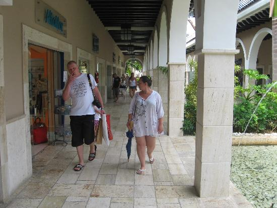 Palma Real Shopping Village: walking in the mall