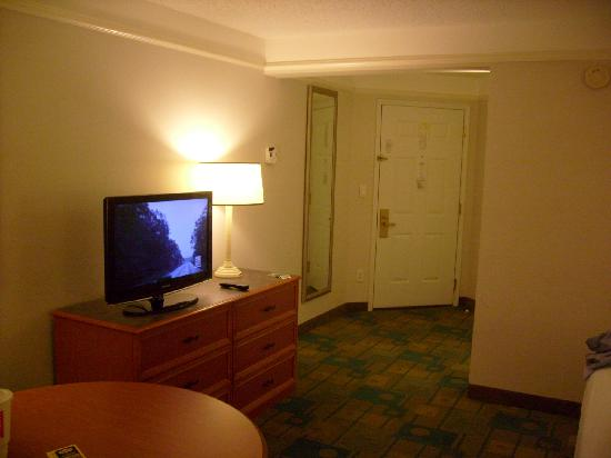 La Quinta Inn & Suites Atlanta Alpharetta: Entrance to room and new LCD TV.